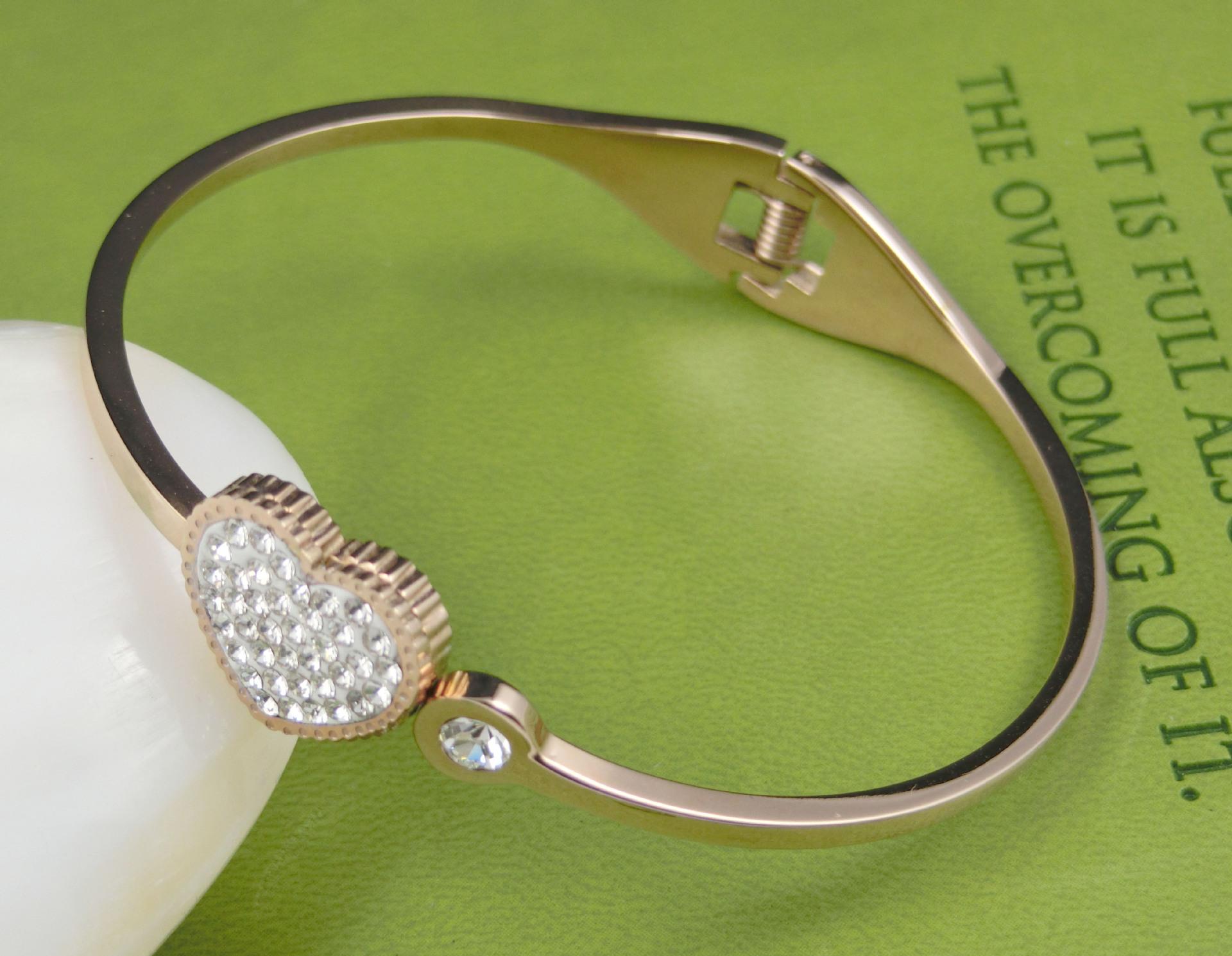 钛钢手镯,女款,韩国流行款式,心型镶闪石款,玫金手镯批发 -价